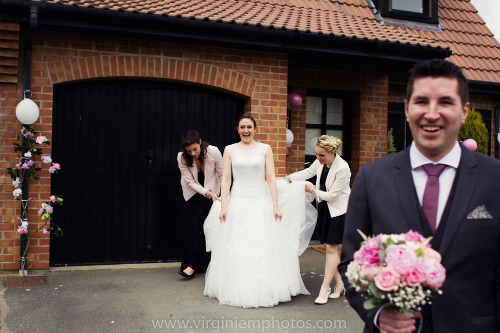 Virginie M. Photos-photographe mariage nord-photographe mariage-photographe nord-mariage-couple-remise bouquet (1)