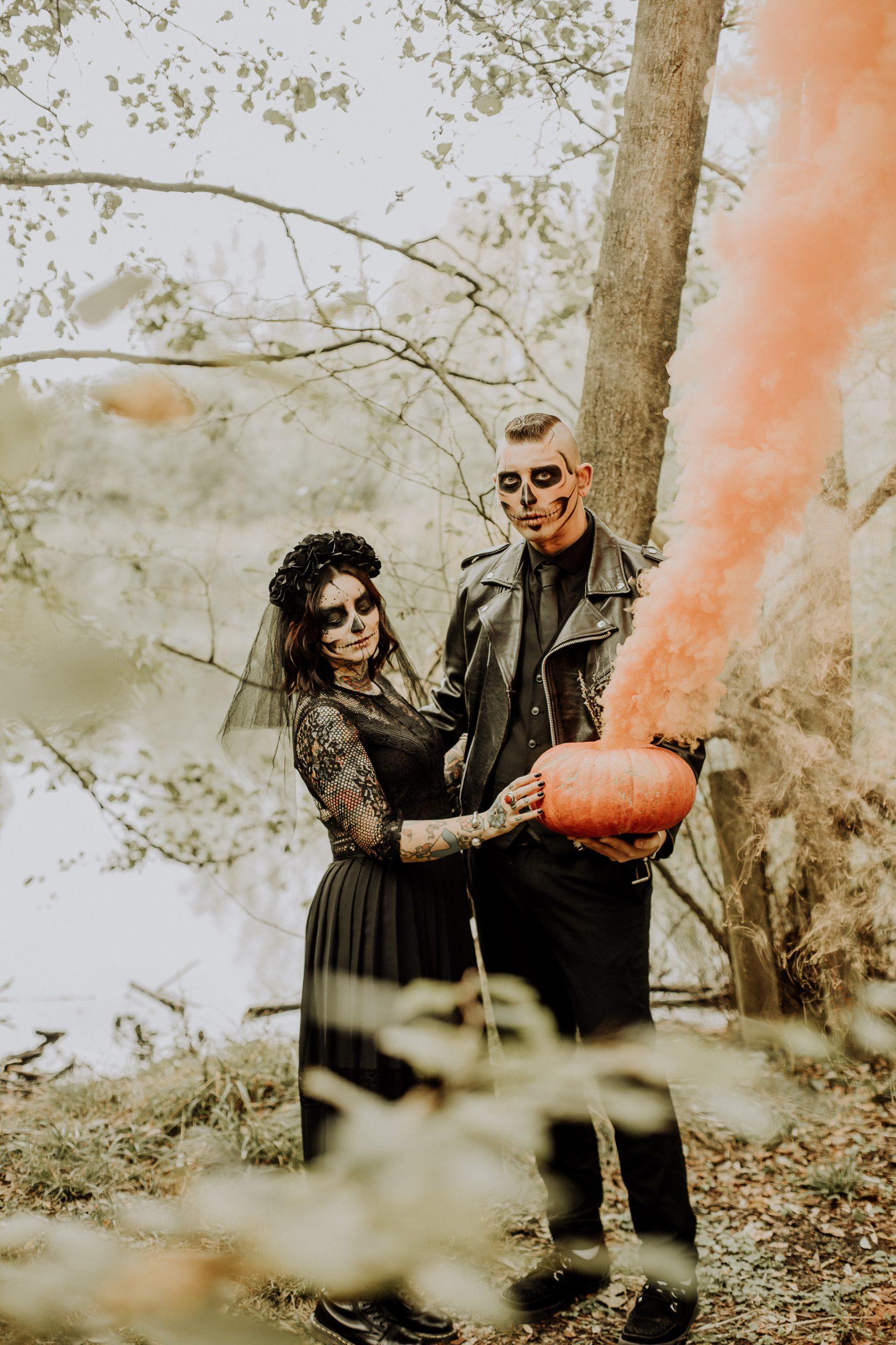 Séance couple thème Halloween à la forêt de Phalempin dans le Nord avec un maquillage de squelette