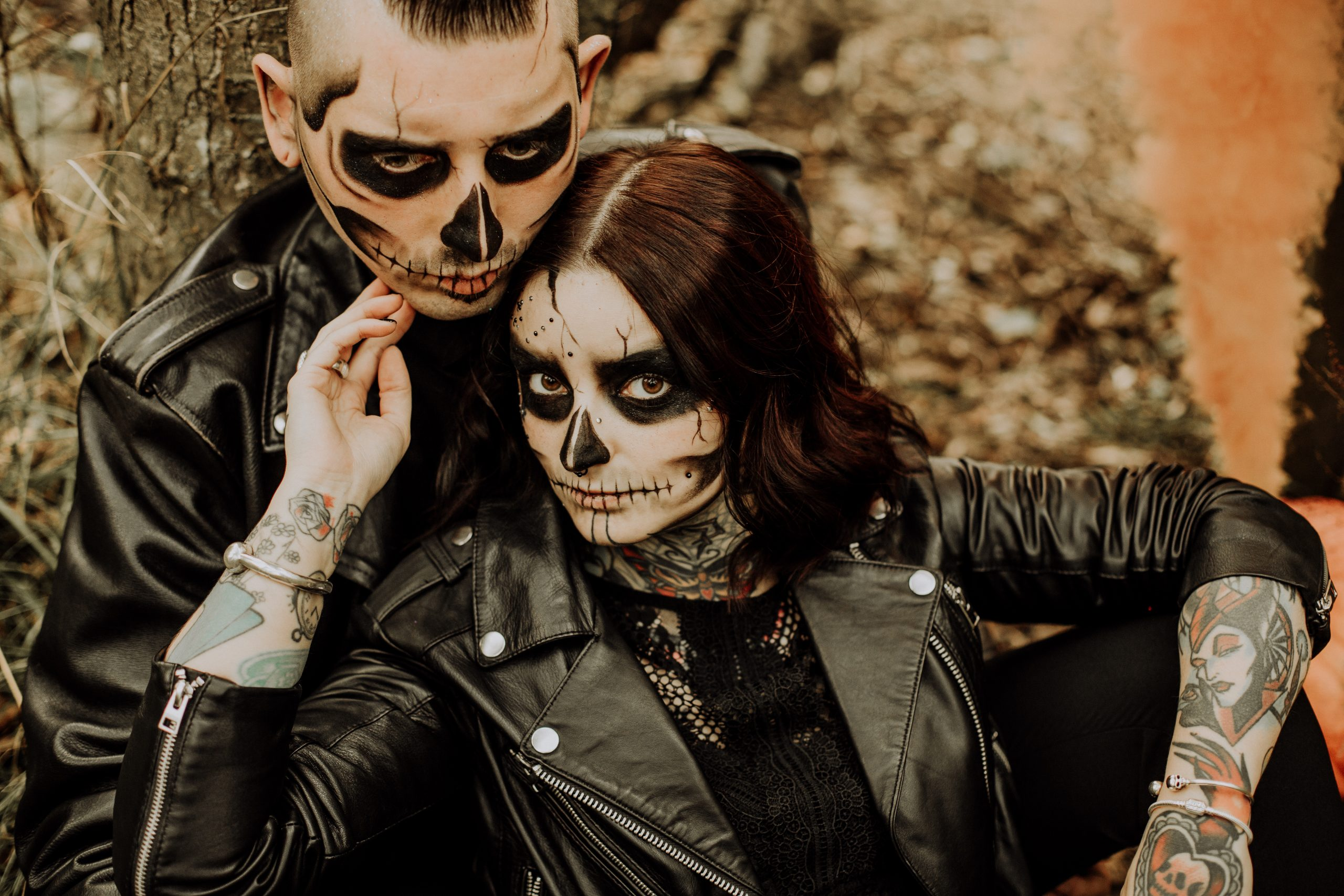 Séance couple tatoué thème Halloween à la forêt de Phalempin dans le Nord avec un maquillage de squelette et fumigène
