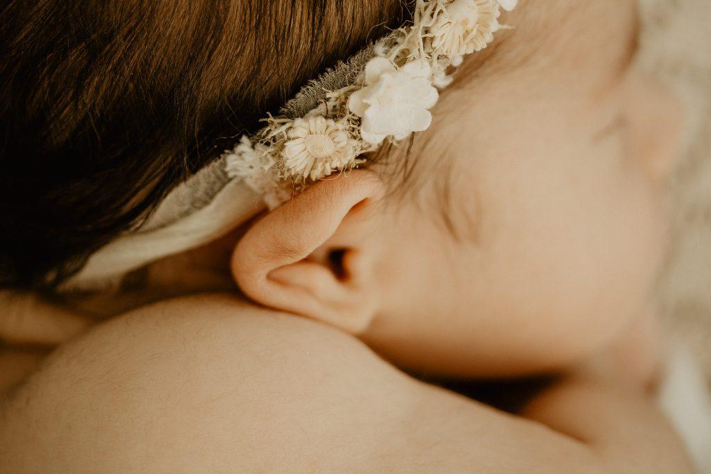 Séance photo naissance en studio à Croix dans le Nord en lumière naturelle avec bébé et sa famille