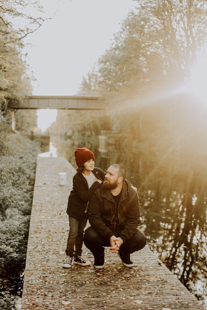 Photos de famille dans la nature avec un enfant au couché de soleil dans le Nord de la France à Wasquehal près de Lille