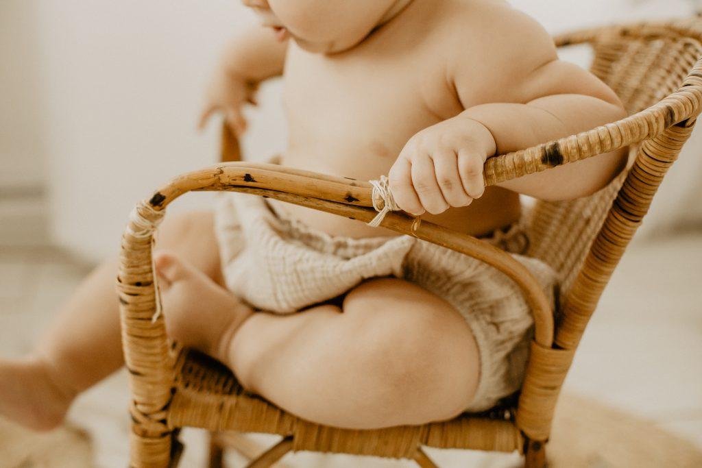 Séance photo bébé et famille Lille en studio dans le Nord pas de Calais détail des mains
