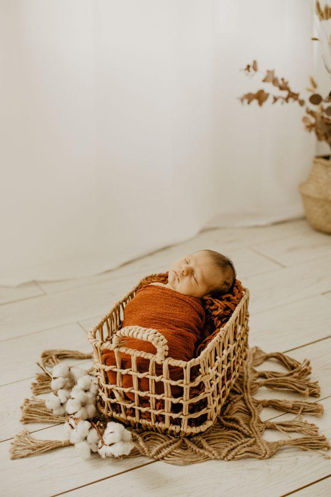 Séance naissance en studio à Croix dans le Nord avec les parents