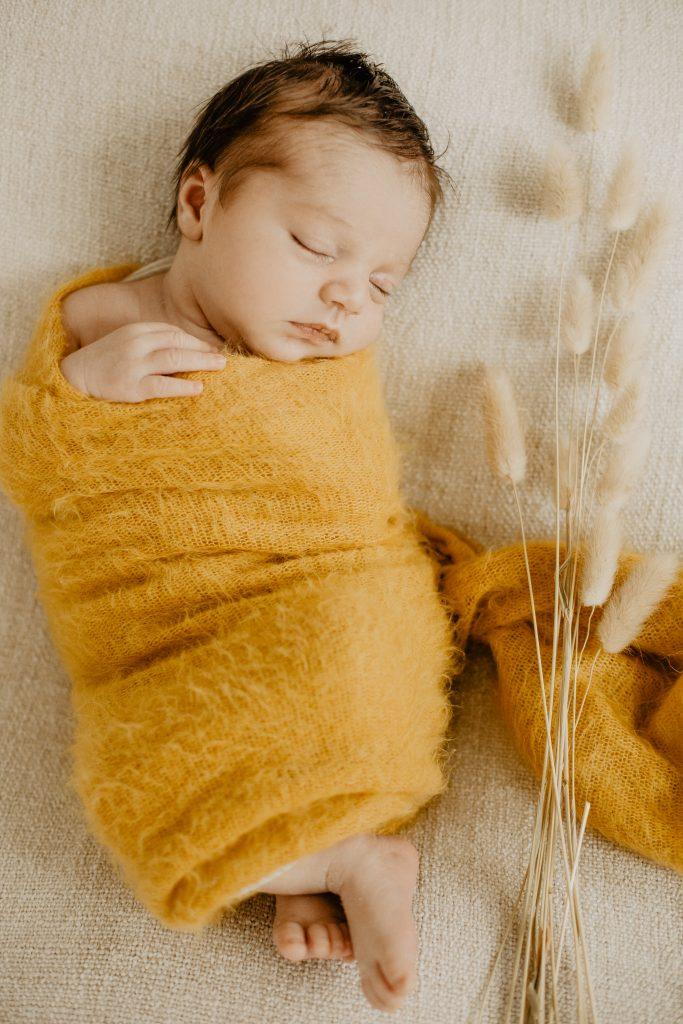 Séance naissance avec bébé dans le studio photo à Croix dans le Nord