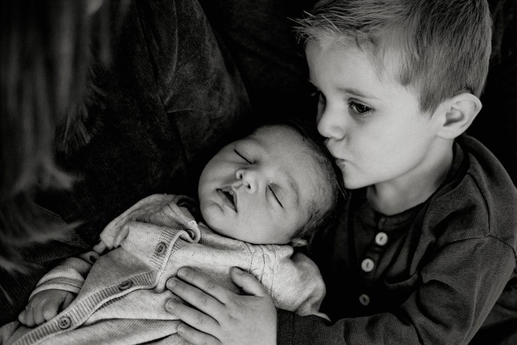 Séance naissance avec bébé et son frère dans le studio photo à Croix dans le Nord