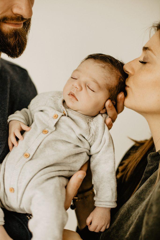 Séance naissance avec bébé et ses parents dans le studio photo à Croix dans le Nord